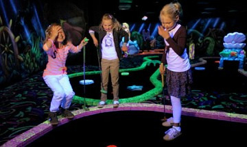 Glow-in-the dark minigolf